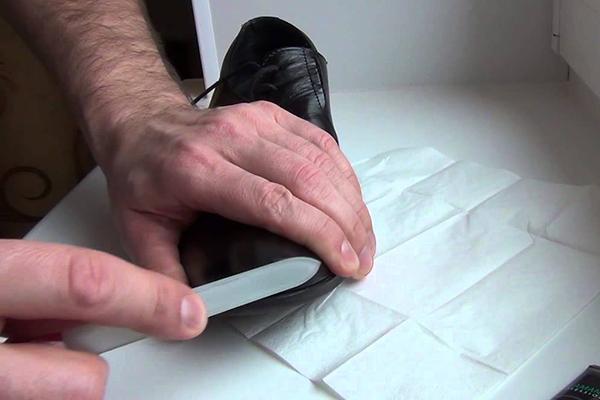 Подготовка ботинка к реставрации жидкой кожей