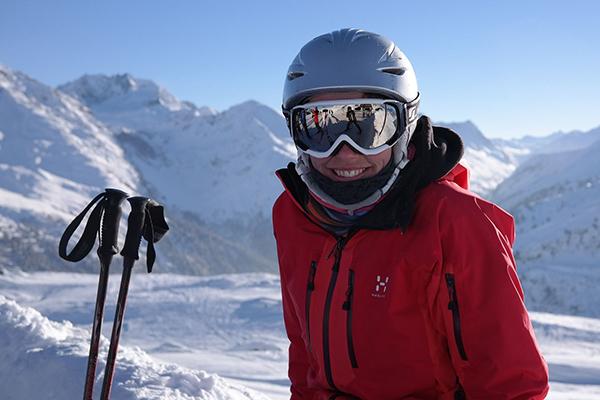 Девушка в горнолыжном костюме