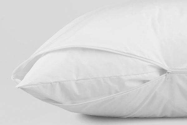 Подушка в белой наволочке