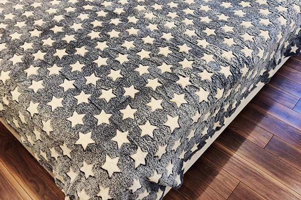 Бамбуковое покрывало на кровати