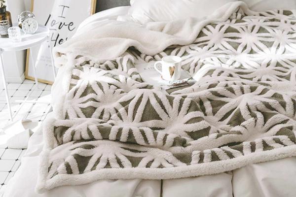 Флисовый плед на кровати