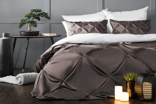 Атласное покрывало на кровати